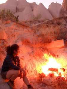Am Abend, muede am Feuer