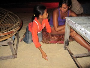 Hände und Sand als Ersatz für Papier und Stift