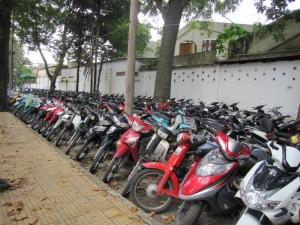 Einer der vielen Moped-Parkplätze