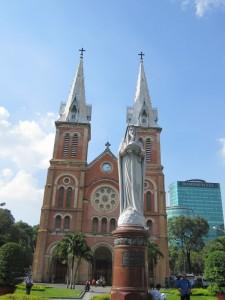 Notre Dame (die Kathedrale heißt wirklich so!) in einer asiatischen Großstadt