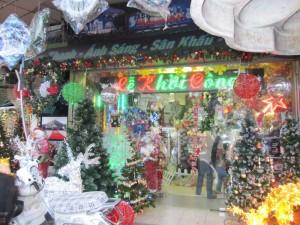Weil es hier viele Christen gibt, sehe ich auch endlich mal Weihnachtskram