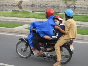 ... oder als Familienwagen. In Kambodscha haben ich SECHS Leute auf EINEM Roller gesehen!
