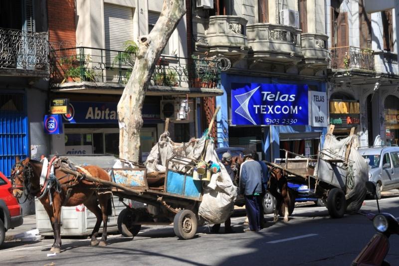 Arme sammeln Recyclebares in der Stadt mit Pferdekutschen