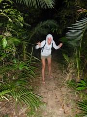 Nachtwanderung im australischen Jungel. Voller giftiger und gefährlicher Tiere
