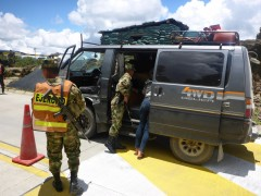 Das Militär patrouilliert überall in Kolumbien und zeigt auch großes Interesse an unserem Auto