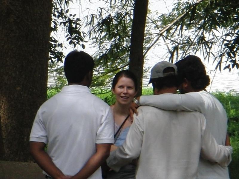 July beim Flirt mit Indern (hier ist es ueblich dass sich Freunde (hier: Professor und sein Student) umarmen und Haendchen halten)