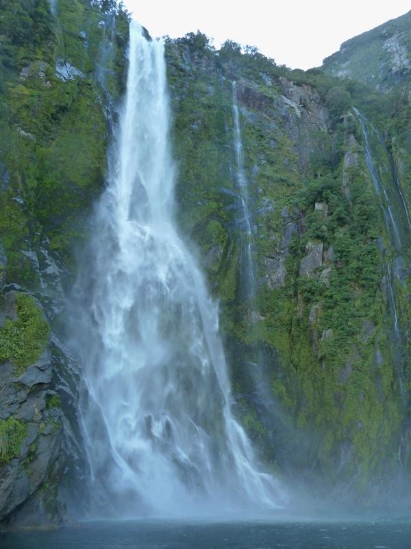 """...Wasserfall bei der Bootsfahrt durch den """"Milford Sound""""..."""