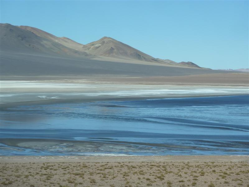 Vorbei an blitzblauen Lagunen bei der Fahrt ueber die Anden