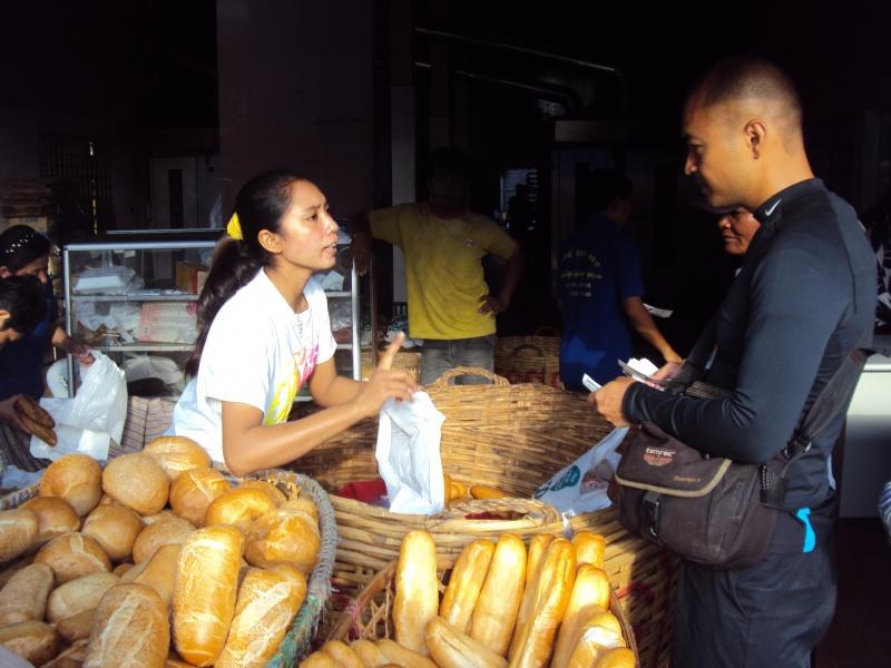 "Hi-Khan kauft uns ""numpang"" als Reiseproviant, frisches Baguette. Die französische Kolonialzeit lässt grüßen."