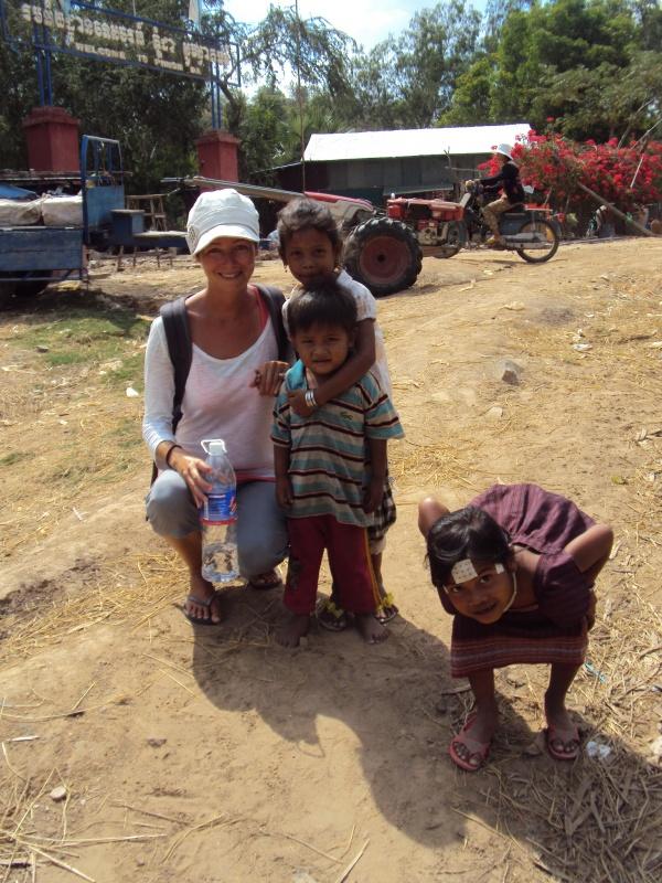 Händchenhalten mit freundlichen Khmerkindern.