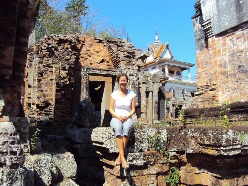 Blauer Himmel, alter Tempel, Palme. Typisch Kambodscha. Hier auf Phnom Chiso.