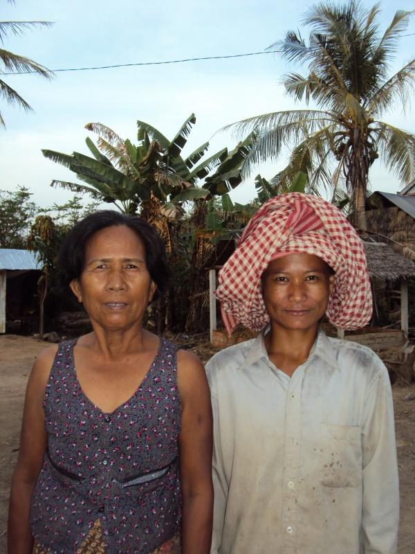 Zwei nette Damen in Tropeang Sdock. Das Krama ist die typische Kopfbedeckung hier. Kann aber auch als Geschirrtuch, Schulterbeutel, Schal oder sonstwas verwendet werden.