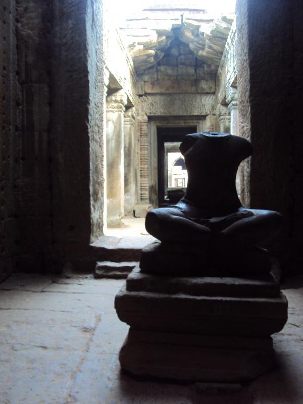 Köpfe abschlagen ist ja immer ein gern genommenes Mittel in Zeiten des Kampfes. Magisches Morgenlicht im Preah Khan.