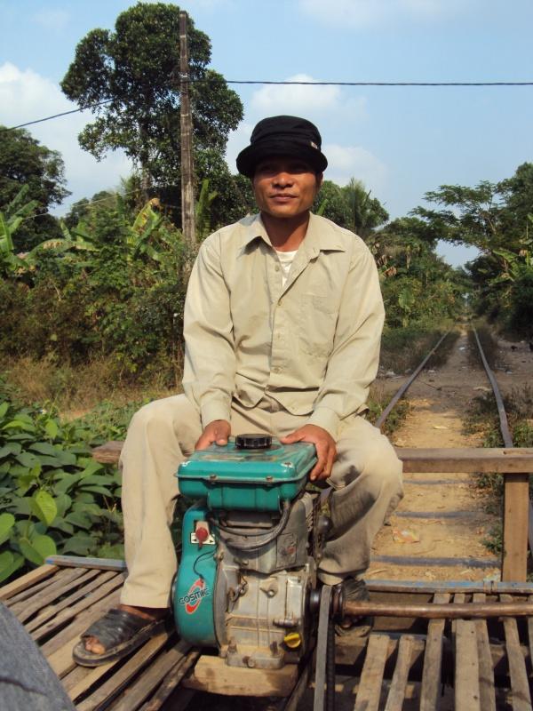 Schienen, Bambusbrett, Motor, Zugführer - was braucht der Bamboo Train mehr?