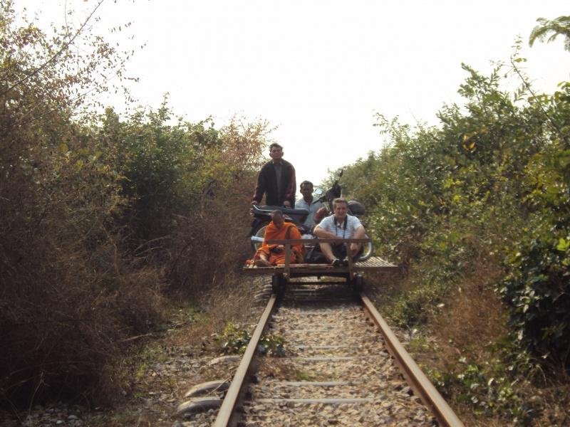 Gegenverkehr! Mönch, Moped und ein anderer Touri. Tja, da wiegen wir leichter - und müssen runter von den Gleisen...