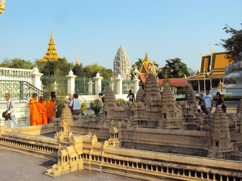 Hinter der Silberpagode im Königspalast steht ein Modell von Angkor Wat.