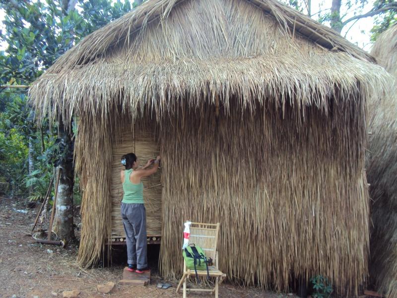 Immer schön abschließen, bevor es zum Dschungeltrekking geht. Laura vor unserem Grashaus.