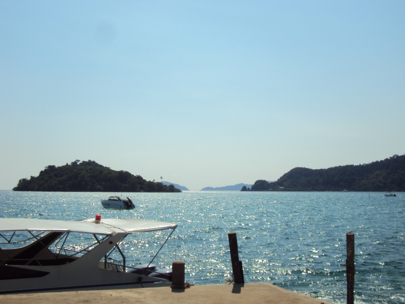 Blaues Meer, grüne Inseln, weißer Sand und Schiffchen. Idylle!