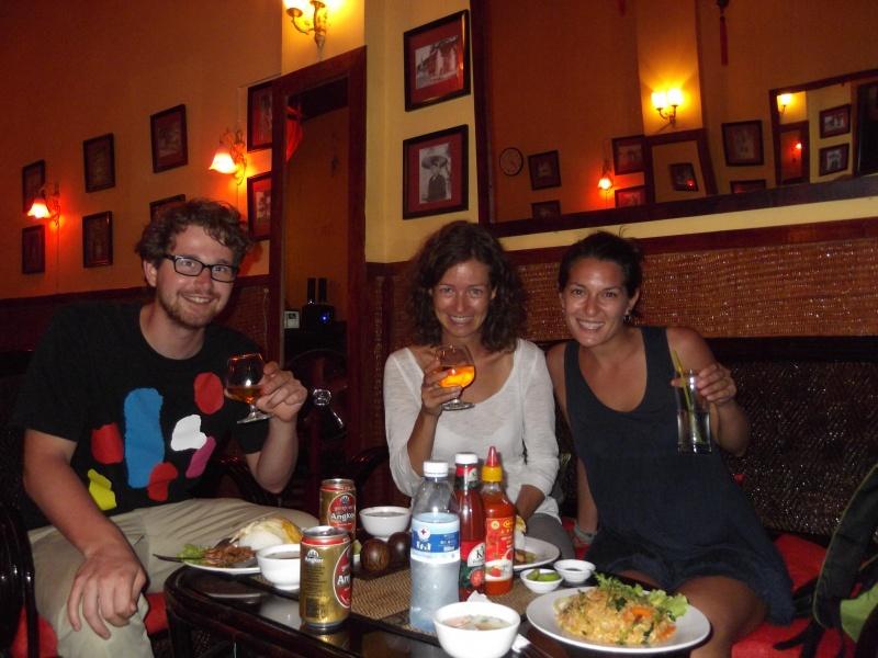 Mit Erik aus Holland und Laura aus Spanien beim Abendessen in Kampot.
