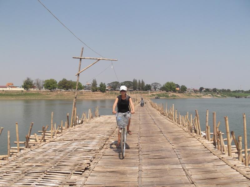 """Eine wackelige Angelegenheit, und in der Hitze! Aber wer kann schon sagen """"Ich bin über den Mekong geradelt - auf einer Brücke, die nur ein halbes Jahr existiert hat""""?"""