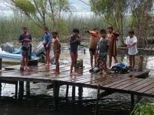 Kinder badeten im See