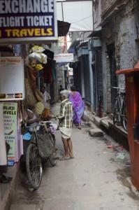 Das Bild ist relativ früh entstanden, deshalb haben noch fast alle Läden zu es sind kaum Menschen zu sehen. Im Normalfall befinden sich in so einer Gasse Hunde, Kühe, jede Menge Menschen, Fahrradfahrer, Motorradfahrer, spielende Kinder, Leute die riesige Karren transportieren und natürlich die ganzen Stände, an denen Kiosk Artikel verkauft werden. Vor manchen Shops wird sich zum Thai trinken verabredet, vor teilweise sitzen Leute auf Mauervorsprüngen und schlafen.
