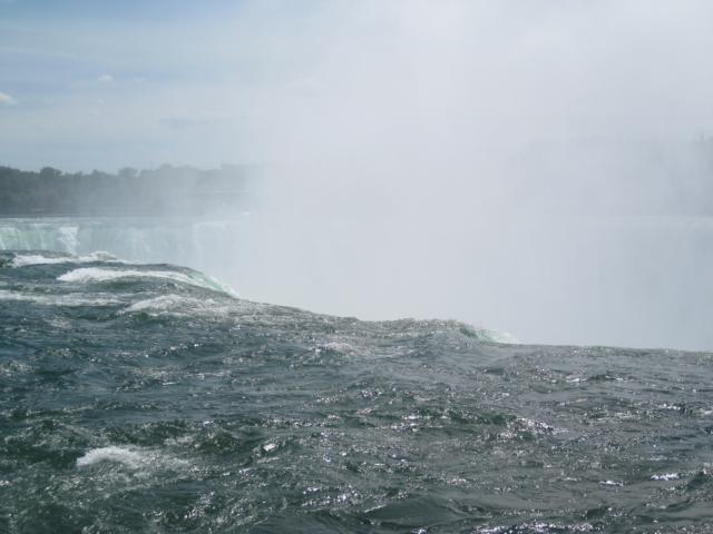 Das Wasser fällt über die Kante
