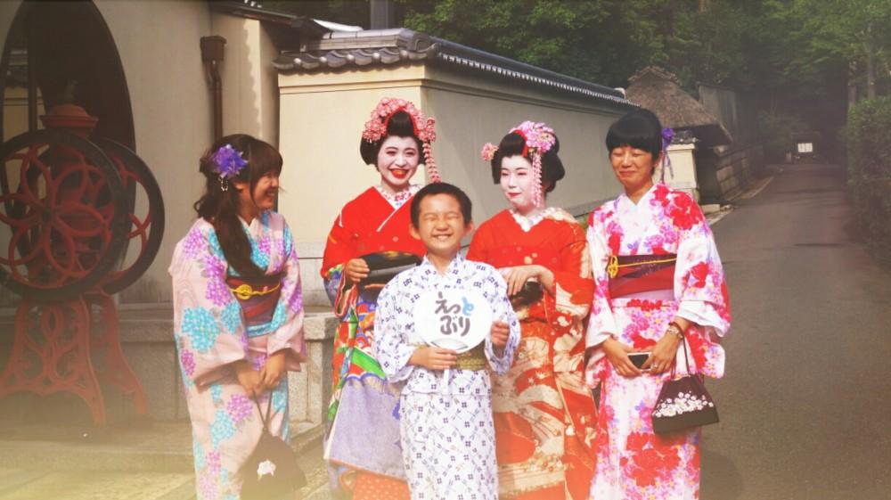 Geishas mit lustigen Jungen