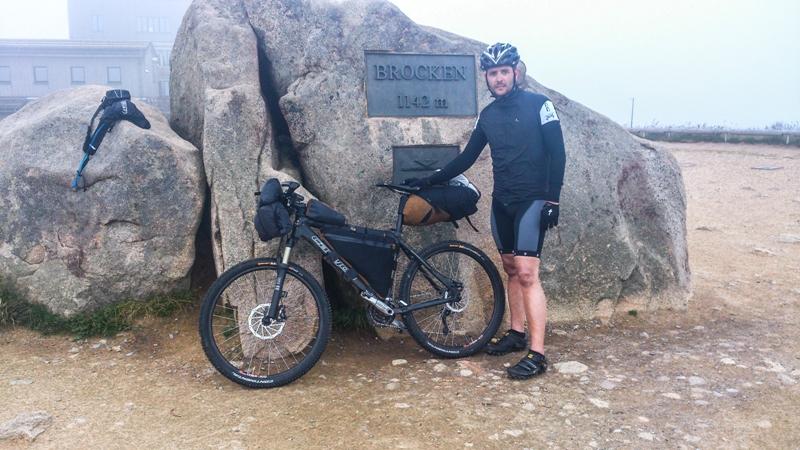 Aber das obligatorische Gipfelfoto muss sein: Höchster Punkt der Tour... Kalt, Mister Mutton?!