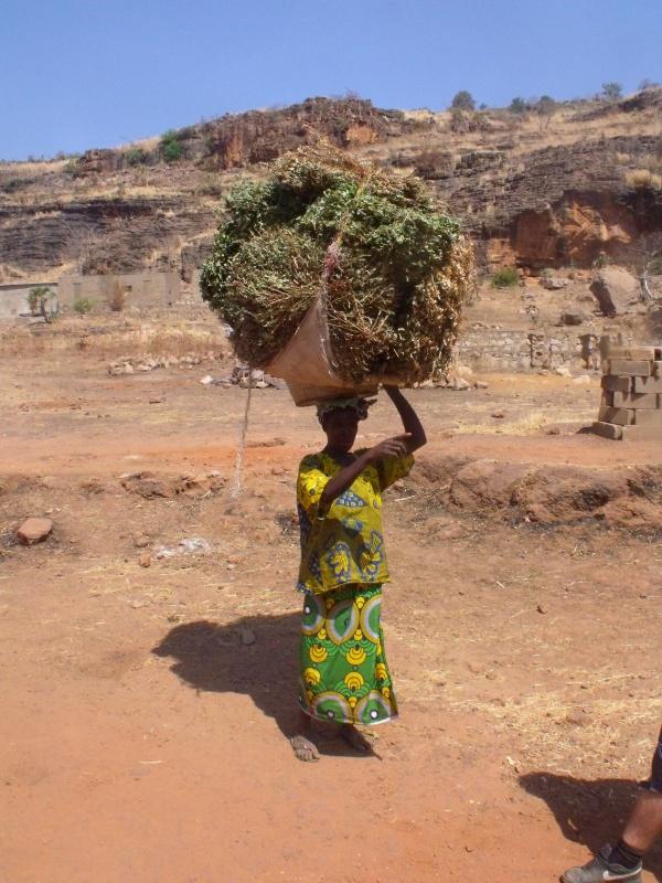Frau in unserem Vorort in Bamako