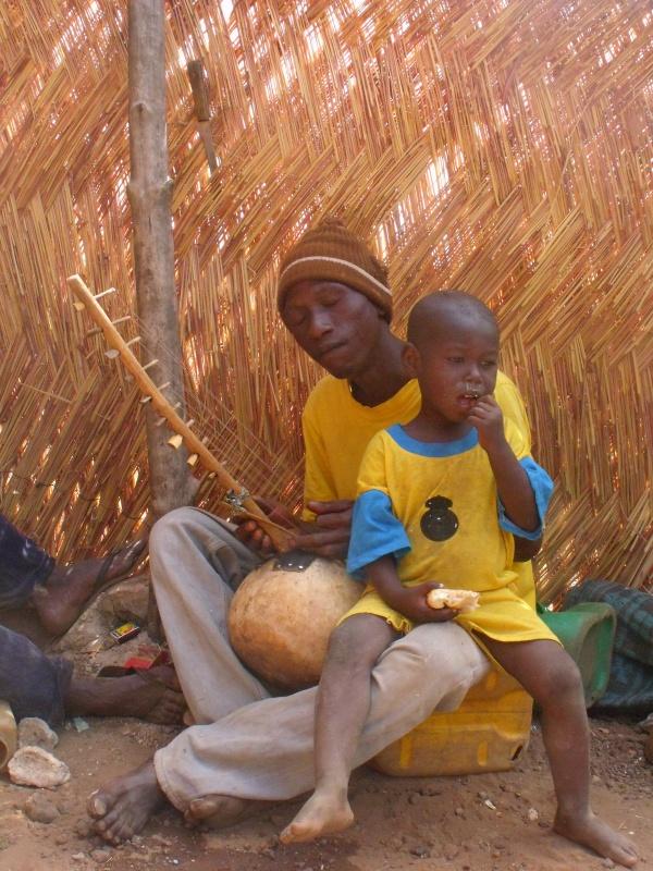 Moussa mit seinem Sohn beim Goni spielen