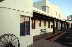 Innenhof der Apache Lodge, die wie ein alter Trading Post aussieht