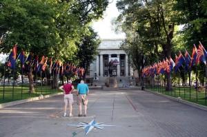 vor dem Gerichtsgebäude in Prescott ist schon geflaggt für die 100-Jahrfeier Arizonas in 2012
