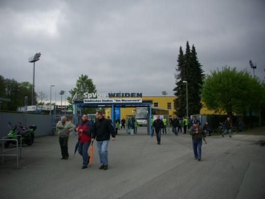 Vor dem Stadion in Weiden in der Oberpfalz.