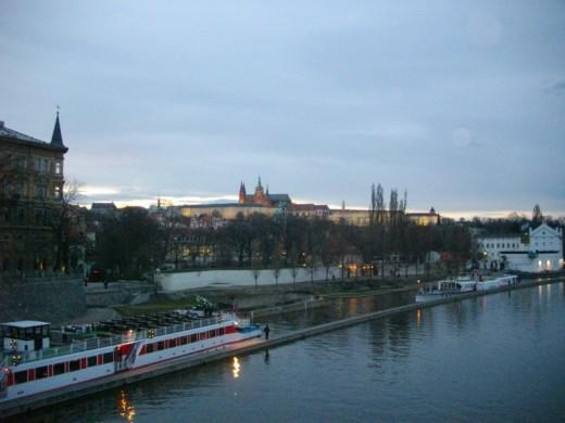 Blick auf die Prager Burg in der Abenddämmerung.