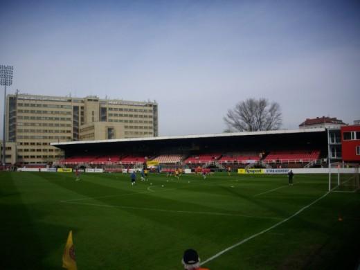 Die Haupttribüne des Viktoria-Stadions.