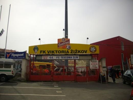 Vor dem Stadion in Žižkov.