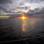 Sonnenaufgang über dem Riff nach einer stürmischen Nacht