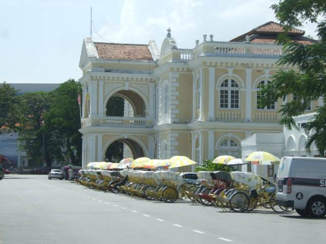Penang town hall und trishaws