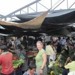 Angie beim shoppen auf dem Markt