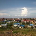 Blick aufs neue Häusermeer in Banda Aceh vom Generatorschiff Apung 1