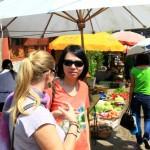 Angie und Gigi auf dem Markt