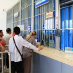 Beim Ticketkauf im Bahnhof