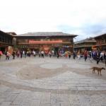 allabendlicher Tanz der Einheimischen auf dem Marktplatz in Shangri-La