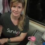 Angie auf ihrem Platz im Zug