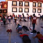 Betende Gläubige vor dem Joghang