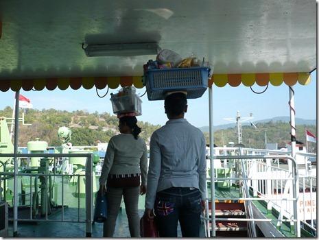 Händlerinnen tragen ihre Waren auf dem Kopf