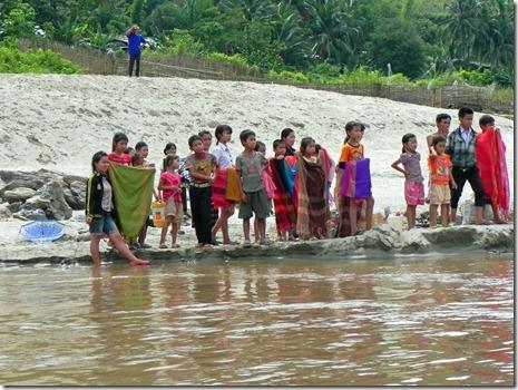 die Kinder erwarten das Boot